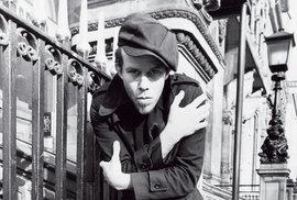 Tom Waits: Písničkář a herec, který se propil k jedinečnosti, se dožívá sedmdesátin