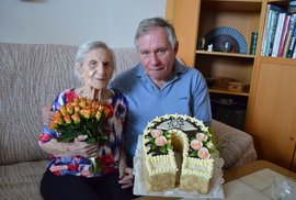 Magdalena Kytnerová ve věku 107 let se synem Václavem