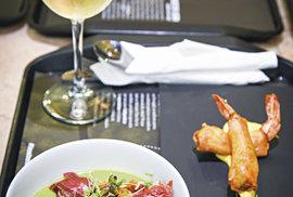 Hráškový krém sopečenou sušenou šunkou, krevety vtempuře aktomu vinho verde!