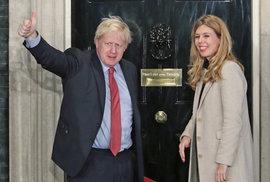 Vítězné gesto staronového premiéra Borise Johnsona.