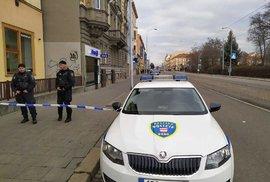 Uzavřená Lidická ulice v Brně, kde by se měl pohybovat člověk se zbraní.