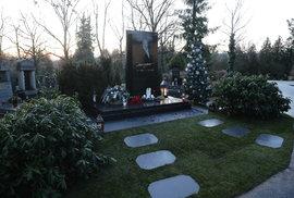 """Hrob Karla Gotta na hřbitově v Malvazinkách. Jeho místo si """"Mistr"""" vybral sám."""