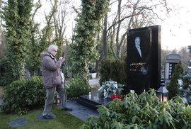 Někteří si u hrobu Karla Gotta pořídili i fotografii jeho náhrobního kamene.