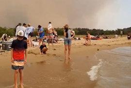 Austrálii dál ničí požáry, obyvatele města Mallacoota a turisty uvěznil oheň na pláži, (31.12.2019).