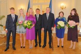Loňský novoroční oběd prezidenta Miloše Zemana s manželkou Ivanou a dcerou Kateřinou a premiéra Andreje
