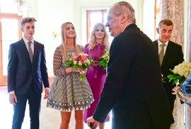 Loňský novoroční oběd prezidenta Miloše Zemana s manželkou Ivanou a dcerou Kateřinou a premiéra Andreje Babiše s manželkou Monikou, dcerou Vivien a synem Frederikem na zámku v Lánech.