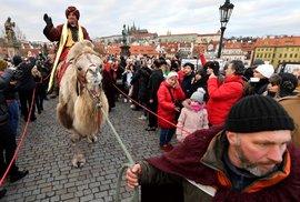 V neděli odpoledne prošli tři králové Prahou. Každoroční akce se zúčastnily stovky lidí i kardinál Dominik Duka.