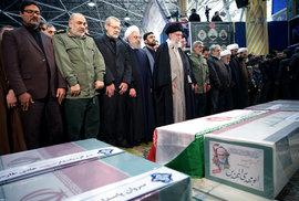 Íránský nejvyšší duchovní ajatolláh Alí Chameneí truchlí nad rakví zabitého generála Kásema Solejmáního (6.1.2020)
