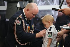 Dojemný pohřeb australského hrdiny: Za dobrovolného hasiče převzala vyznamenání dcera