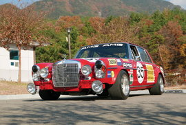 Rudá svině je zpátky: Legendární závodní sedan se nedochoval, dokonalá replika ale…