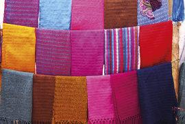 Látky se dodnes barví a tkají tradičními způsoby