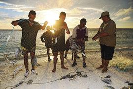 Rybáři na ostrově Mangaia měli dobrý den. My také. Dvě rybky nám darovali.