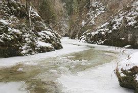 Když máte štěstí a řeka zamrzne, můžete túru absolvovat po ledu