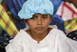 Chlapec José António z kmene Baré čeká celý vystrašený na chirurgický zákrok