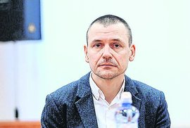 Někdejší šéf tajné služby Tóth u soudu, pod bedlivým dohledem.