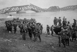 Překročení Rýnu britskými jednotkami 24. března 1945. V pozadí je vidět most  zničený ustupujícími německými jednotkami.