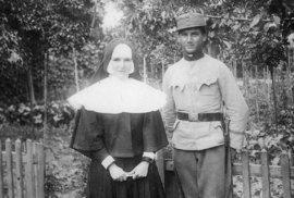 Karel Stránský jako voják za první světové války, vlevo jeho sestra Marie.
