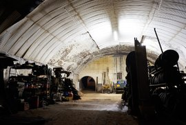 Auta v železničním tunelu