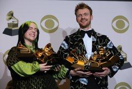 Zpěvačka Billie Eilish na předávání cen Grammy 2020. Na snímku se svým bratrem