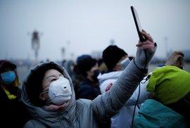 Roušky nosí i lidé v Pekingu.
