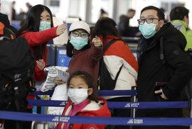 Cestující do čínské Šanghaje na Letišti Václava Havla (27.1.2020)