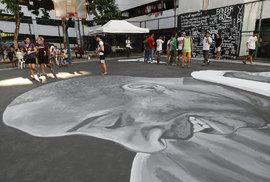 Ve Filipínské metropoli Manile vytvořili fanoušci zesnulému basketbalistovi Kobe Bryantovi památník. Obrovská malba vznikla přímo na basketbalovém hřišti ve vnitrobloku bytového domu.