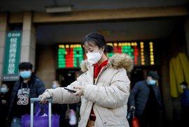 Čínští obyvatelé se snaží před nakažením bránit pomocí roušek