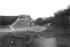 Osvobození vězni z koncentračního tábora Bergen-Belsen. Vlakem původně jeli na smrt.