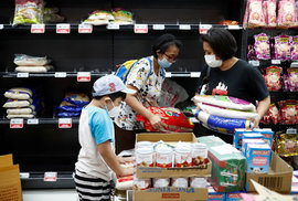 Nákupní mánie zasáhla i Singapur, který vydal další varování před šířením koronaviru