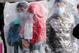 Obavy z dalšího šíření koronaviru v Číně: Lidé na nádraží v Šanghaji (9.2.2020)