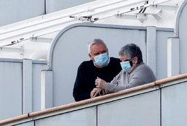 Výletní loď Diamond Princess kotví v přístavu a všech 3700 cestujících je na palubě uvězněno. Zdravotníci postupně evakuují pasažéry, u kterých následně dělají testy. Nový koronavirus byl potvrzen k pondělnímu ránu u 130 z nich (10.2.2020)