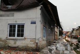 Vichr v Kladně sesunul kus střechy.
