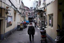 V Číně se lidé chrání před koronavirem rouškami.