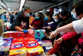 Zákazníci po vypuknutí koronaviru v obchodě v Hongkongu.