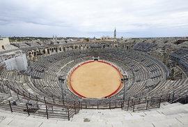 Do arény v Nîmes se dnes vejde přes šestnáct tisíc diváků