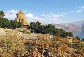 Arménská katedrála na ostrově Akdamar, druhém největším ostrově jezera Van, je velkým turistickým lákadlem