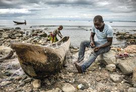 Rybářské pobřeží tektonického jezera Malawi na samém jihu Tanzanie. Rozlohou třetí největší africké jezero tvoří s hloubkou 706 metrů čtvrté nejhlubší jezero světa.