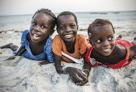 Idylické pobřeží severní Tanzanie je levnou a poklidnou variantou k turistickému Zanzibaru. Zářící dětské úsměvy nás vítají v chudých rybářských vesnicích.
