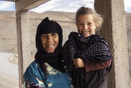 Téměř padesátiletá Asma s jedním ze svých vnoučat