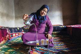 Fátimu opustil manžel a zanechal ji samotnou se třemi dětmi. V přijímací místnosti, kam je vždy usazena návštěva, právě připravuje zelený čaj.