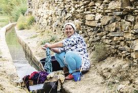 Fátima má na starost péči o domácnost i zvířata. Pračka je stále pro spoustu rodin luxusní zboží, které si nemohou dovolit.