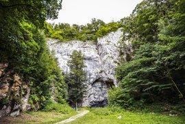 Jeskyně opředená dávnou minulostí. To je Býčí skála, krvavý vzkaz z pravěku