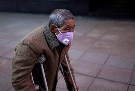 Koronavirus už zabil přes dva tisíce Číňanů, nakažených je přes 74 tisíc. Rychlost šíření ale klesla