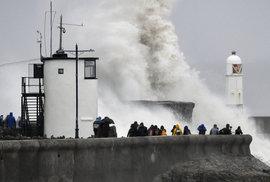 Na Británii se žene bouře Dennis. Mohla by být ničivější než orkán Ciara, který Britské ostrovy zasáhl minulý týden.