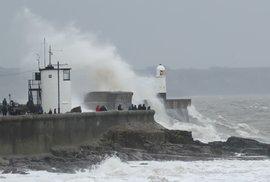 Velkou Británii pustoší bouře Dennis. (15.2.2020)