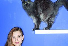 Dvanáctiletá Míša, tedy její zletilá představitelka Tereza Těžká. Snímek z publikace Mariky Pecháčkové Kdo chytá v síti, která vyjde u nakladatelství BizBooks 27. února