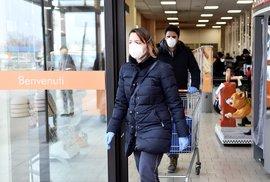 Lidé v supermarketu v italském Casalpusterlengu, které je uzavřené pro nákazu koronavirem