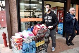 Lidé v supermarketu v italském Casalpusterlengu, které je uzavřeno pro nákazu koronavirem
