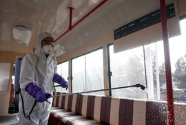Pracovník dezinfikuje tramvaj v Pchjongjangu v KLDR. Jedná se o součást protiepidemického plánu