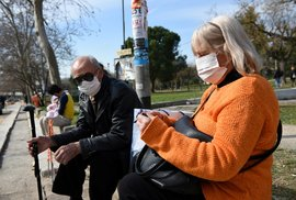 Lidé v okolí nemocnice Thessaloniki, kde byl potvrzen první případ koronaviru v Řecku, nosí roušky. (26.2.2020)